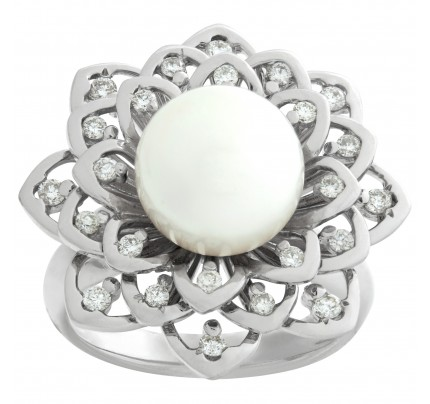 Sparkling diamond & pearl flower ring in 18k white gold. 0.39 carat in diamonds